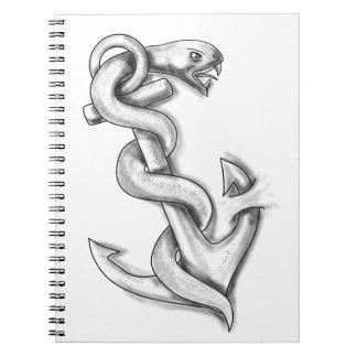 Caderno Espiral Cobra de Asclepius que ondula acima no tatuagem da