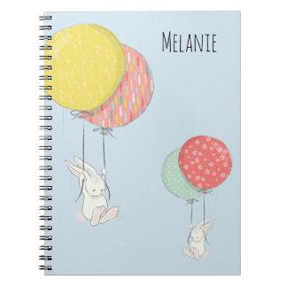 Caderno Espiral Dois coelhos pequenos que flutuam com balões