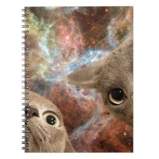 Caderno Espiral Dois gatos cinzentos no espaço antes de uma
