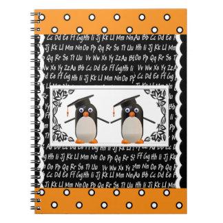 Caderno Espiral Dois pinguins de graduação, ABC Scalloped o fundo