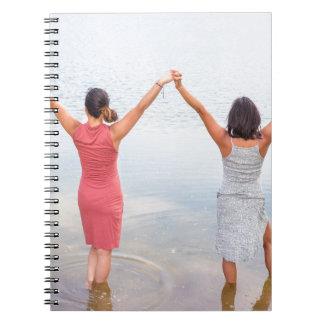 Caderno Espiral Duas mulheres felizes que estão em water.JPG