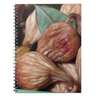 Caderno Espiral Frutas do outono. Close up de figos secados com