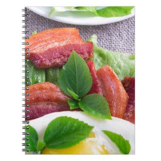 Caderno Espiral Gema, bacon fritado, ervas e fim-acima da alface