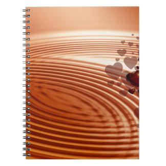 Caderno Espiral Grupo de corações vermelhos que fluem nas