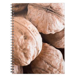 Caderno Espiral Ideia macro de um grupo de nozes velhas