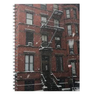 Caderno Espiral Neve superior do escape de fogo NYC do Brownstone
