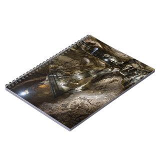 Caderno Espiral Passadiço de aço construído dentro de uma mina