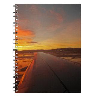 Caderno Espiral Por do sol na asa do avião