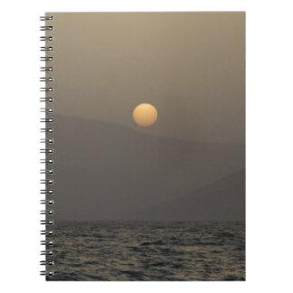 Caderno Espiral Por do sol sobre montanhas da ilha de Paros