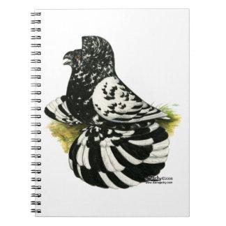 Caderno Espiral Respingo escuro do pombo da trompetista