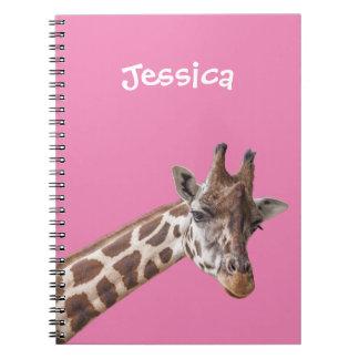 Caderno Espiral Retrato do girafa no nome feminino cor-de-rosa