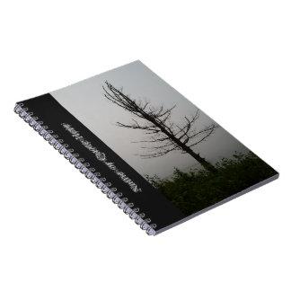 Caderno Espiral Silhueta solitária misteriosa da árvore