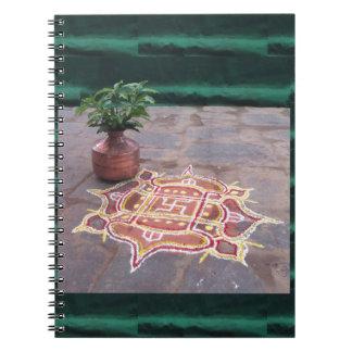 Caderno Espiral Símbolos indianos do casamento do rangoli da