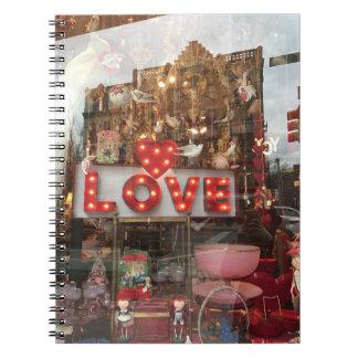 Caderno Espiral Sinal do coração da janela de loja do dia dos