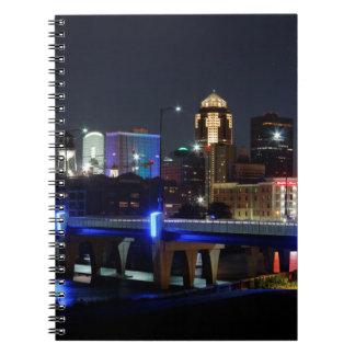 Caderno Espiral Skyline de Des Moines com tributo de Orlando