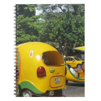 Caderno Espiral Táxis amarelos brilhantes dos Cocos do