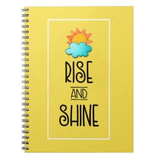 Caderno Espiral Tipografia da elevação e do brilho com Sun e nuvem