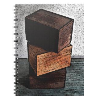 Caderno Espiral Três caixas de madeira no armário