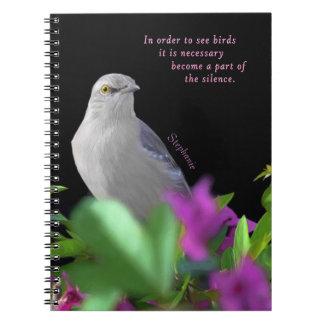 Caderno Espiral Um pássaro de zombaria do norte com as folhas do