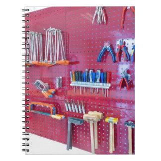 Caderno Espiral Várias ferramentas que penduram na parede no
