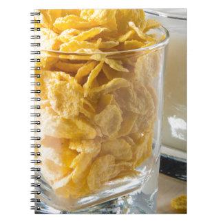 Caderno Espiral Vidro do cereal seco e um vidro do leite