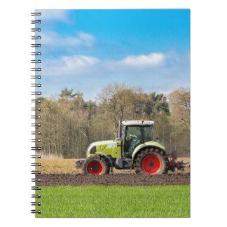 Caderno Fazendeiro no trator que ara o solo arenoso no