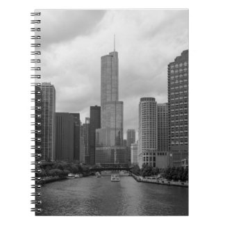 Caderno Grayscale de Chicago River da torre do trunfo