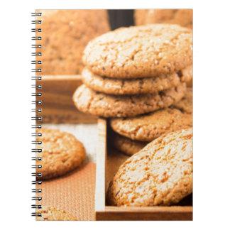 Caderno Grupo de biscoitos de farinha de aveia na bandeja