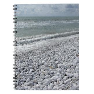 Caderno Litoral de uma praia em um dia nebuloso no verão