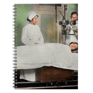 Caderno O doutor - raio X - que obtem minha cabeça