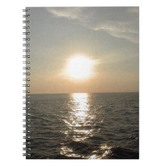 Caderno O por do sol na ilha de Bantayan nas Filipinas