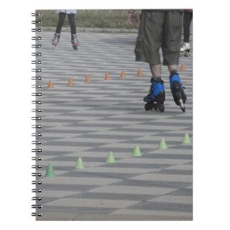 Caderno Pés da cara em skates inline. Patinadores Inline