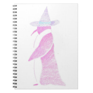 Caderno Pinguim no chapéu de uma bruxa