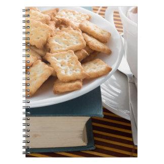 Caderno Placa com biscoitos e copo do chá