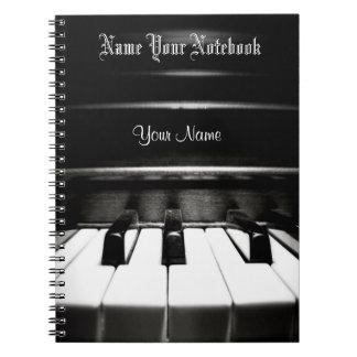 Caderno preto personalizado da música do piano
