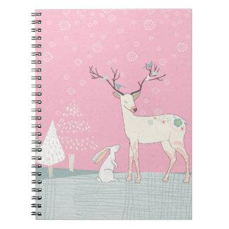 Caderno Rena e coelho do inverno na neve de queda