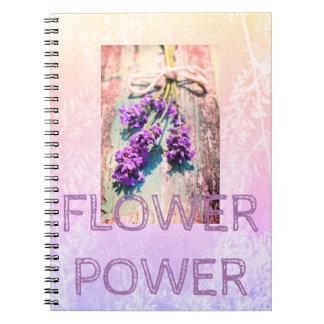 Caderno roxo floral com flores bonitas
