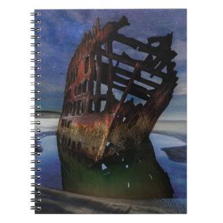 Caderno Shipwreck de Peter Iredale sob o céu nocturno