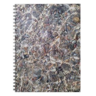 Caderno subaquático da foto dos seixos do mar