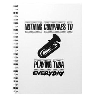 Caderno Tendendo o design do jogador da tuba