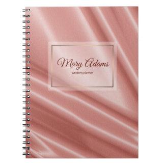 Caderno Textura de seda coral. Quadro dourado