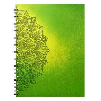 Caderno verde com teste padrão lateral