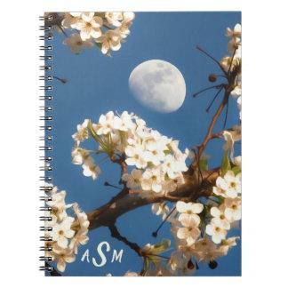 Cadernos A lua quadro por uma árvore de florescência branca