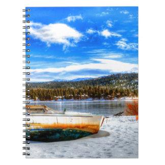 Cadernos Barco na neve no lago big Bear, Califórnia