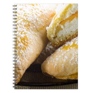 Cadernos Bolos quentes com enchimento do queijo