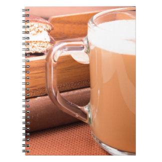 Cadernos Caneca de vidro com chocolate quente e biscoitos