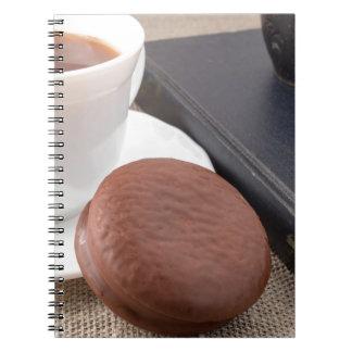 Cadernos Copo com o bolo quente do cacau e de chocolate