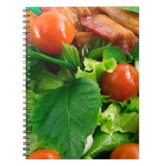 Cadernos Detalhe de uma placa com tomates de cereja, ervas