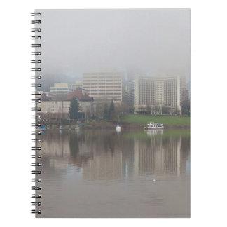 Cadernos Dia nevoento ao longo do panorama de Portland OU