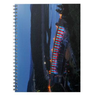 Cadernos Edersee Staumauer iluminado ao cair da tarde